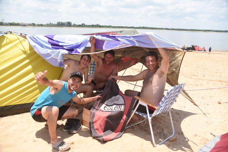 Los argentinos intentan como pueden cuidarse del sol en la Costanera.
