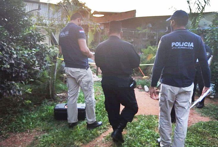 Policías verifican el lugar donde mataron a joven profesional.