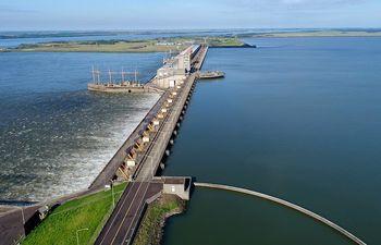 Complejo hidroeléctrico Yacyretá con su presente y futuro en aprietos debido a la indefinición argentina.
