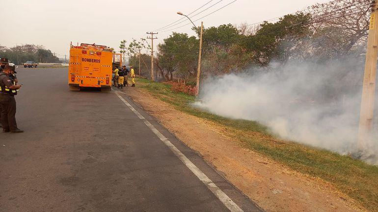Bomberos de Asunción recién llegaron a la zona del desvío a San Bernardino.