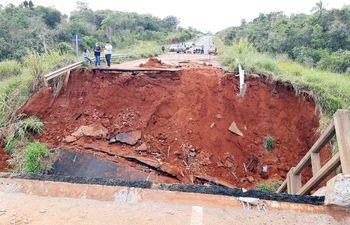 Se investiga quiénes son responsables, por acción u omisión, del derrumbe del puente en Tacuatí, que derivó en muertes.