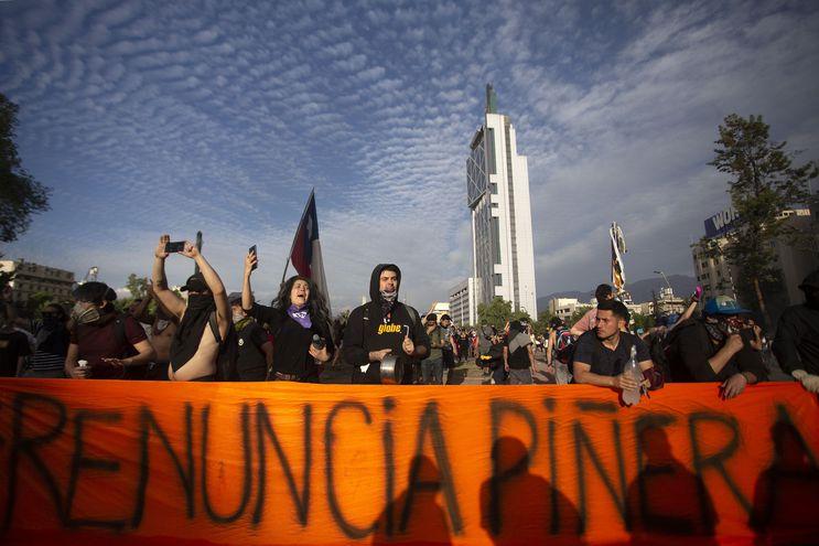 Manifestantes chilenos exigen la renuncia del presidente de su país, Sebastián Piñera.